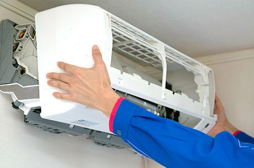 エアコンのカバーを取り外します。