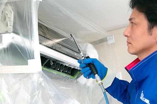 プロ仕様の専用高圧洗浄機で洗浄! 1台につき、なんと10リットル以上の水を使用して丸洗い!