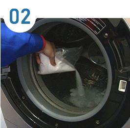 ドラム内部に発泡洗浄剤を入れて、洗浄を行います。