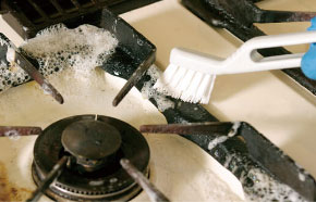 ガステーブルの取り外せない部分も、専用ブラシでしっかりお掃除します。