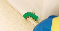 便器の外側をお掃除します。ネジ部分などの細かい部分も丁寧に。