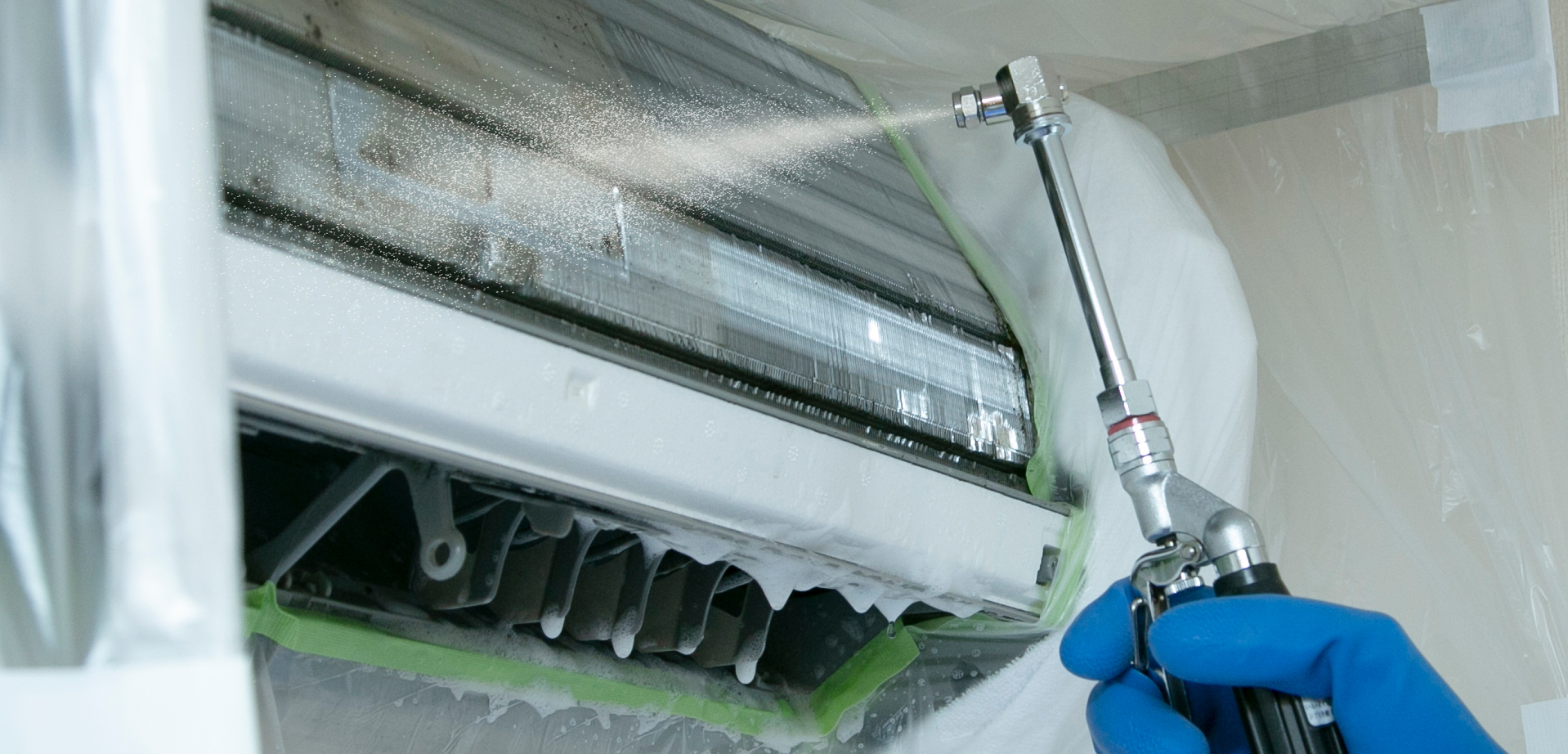 ご家庭ではできない「分解・高圧洗浄」でエアコン内部のニオイのもとを徹底除去!